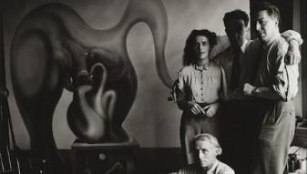 """""""Max Ernst (sitzend), Leonora Carrington, Marcel Duchamp und AndrÈ Breton (stehend) vor dem Bild von Max Ernst """"""""Der Surrealismus und die Malerei"""""""""""""""